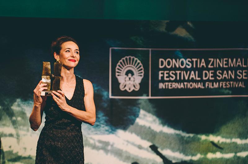 La actriz Irene Bau, recogiendo el Premio Zinemira otorgado a Ramón Barea. // Foto: Santiago Farizano