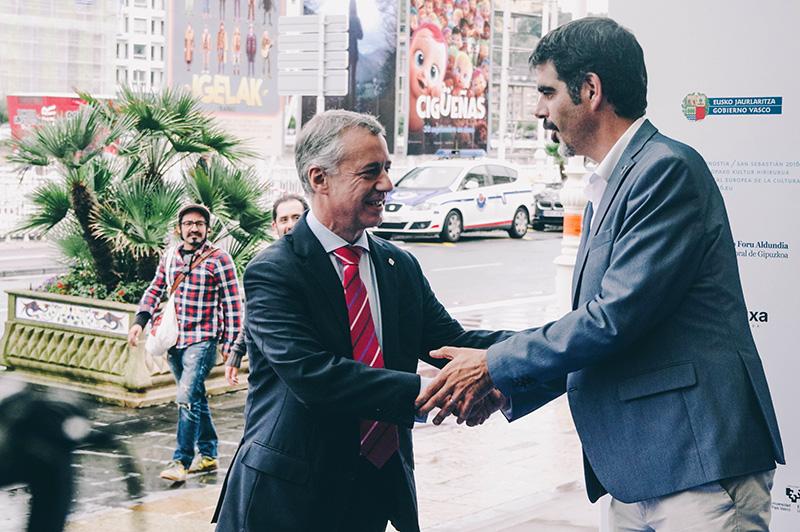 Iñigo Urkullu saluda al alcalde Eneko Goia a su llegada al congreso. Foto: Santiago Farizano