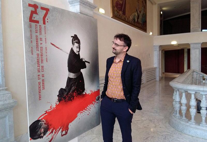Josemi Beltrán ante el cartel de la Semana de Cine Fantástico y de Terror. Foto: A.E.