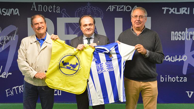 El presidente de Real Sociedad Fundazioa, Jokin Aperribay, con José Manuel Pinedo y Carlos Martínez, presidente y vicepresidente del Banco de Alimentos. Foto: Real Sociedad