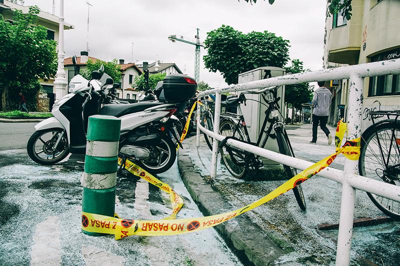 Aparcamiento donde se produjo la quema de la tercera moto, esta noche, en la avenida de Navarra. Foto: Santiago Farizano