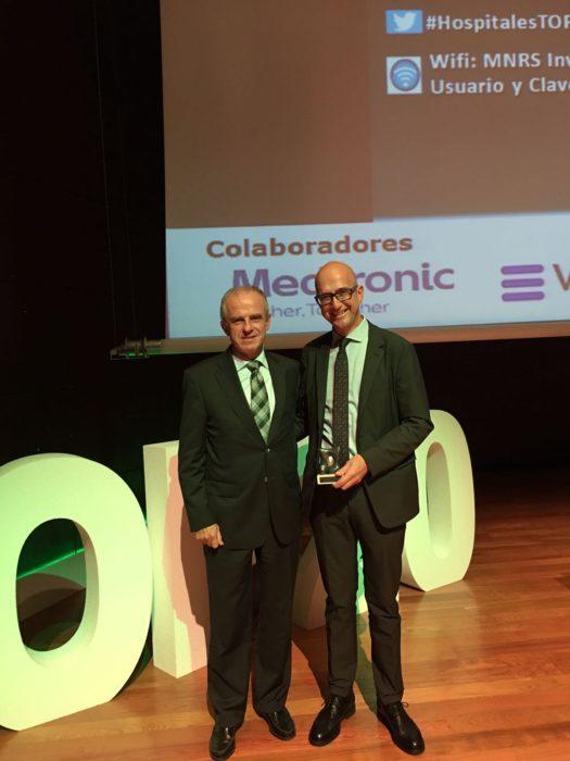 Jon Etxeberria, cirector general de Osakidetza, y José Miguel Izquierdo, jefe del Servicio de Cirugía Torácica. Foto: Gobierno vasco.