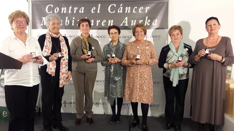 Fueron decoradas por su dedicación María Cruz Arregi, Marivi Redondo, Aurea Caramés y Pili Martiarena; Pilar Ormazabal y Arantza Azkarate y Maite Elosegui e Itziar Izeta. Foto: AECC