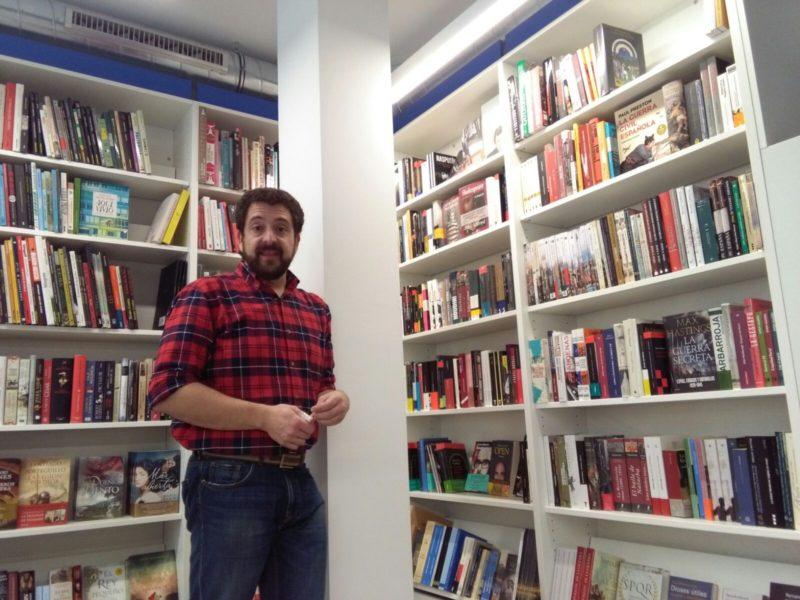 El librero Adolfo Chocarro en la librería Zubieta de Reyes Católicos. Foto: A.E.