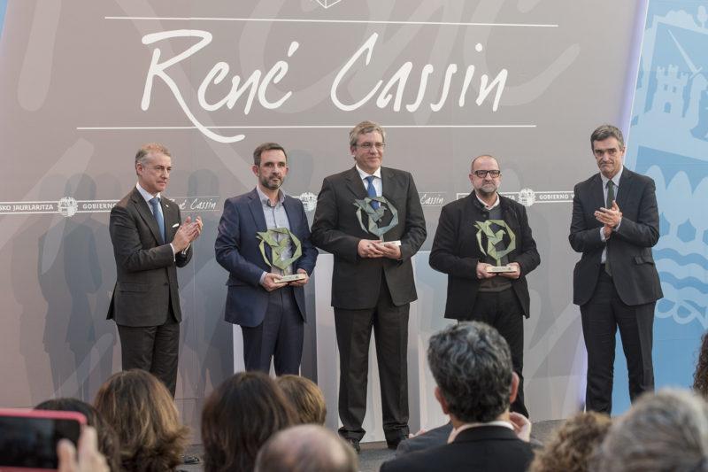 Los representantes de las tres entidades premiadas. Foto: Gobierno vasco