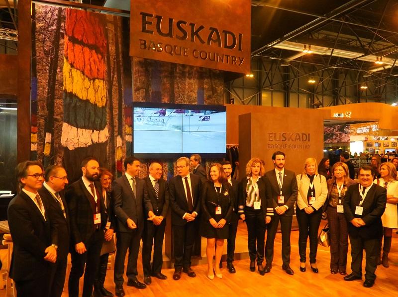 Las autoridades, hoy, en el stand de Euskadi en Fitur. Foto: San Sebastián Turismo