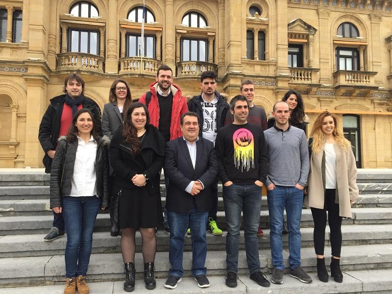 Ernesto Gasco y los jóvenes cuyos proyectos han sido seleccionados. Foto: Ayto.