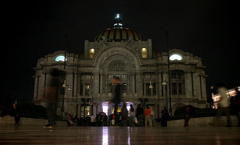 Vista del Museo de Bellas Artes de Ciudad de México, apagado en la anterior Hora del Planeta. Foto: El Heraldo de Saltillo