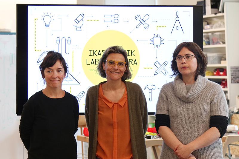 Ane Rodríguez Armendariz, directora cultural de Tabakalera; Diana Franco, responsable de Hirikilabs, y la investigadora y diseñadora de procesos educativos Susanna Tesconi. Foto: Tabakalera