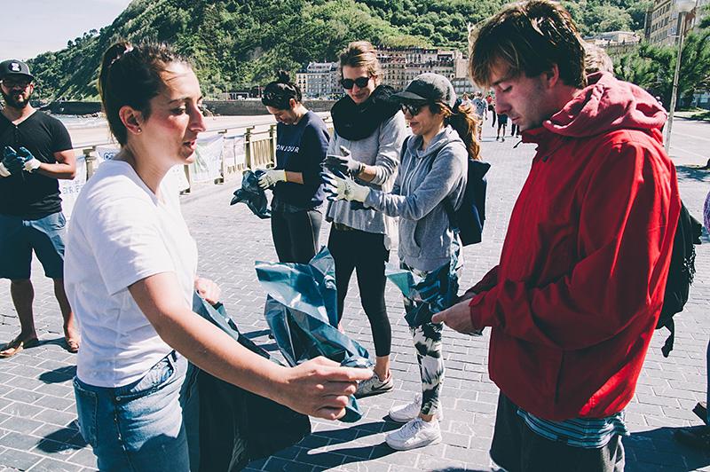 Voluntarios de Life Lema limpian la Zurriola en mayo de 2017. Foto: Santiago Farizano