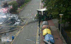 Accidente autobus camión 300x185 - (Ampliación) 17 heridos, uno grave, saldo del choque de un camión con un autobús a la altura de Irura