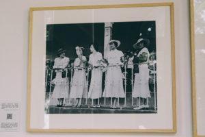 IMG6124 300x200 - El Palacio Miramar muestra la evolución de la moda hasta los 60 en una Donostia también de moda