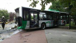 accidente autobús camión3 300x169 - (Ampliación) 17 heridos, uno grave, saldo del choque de un camión con un autobús a la altura de Irura