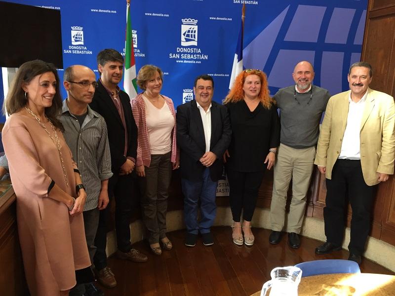 Representantes de asociaciones comerciales y del Ayuntamiento tras la firma. Foto: Ayto.