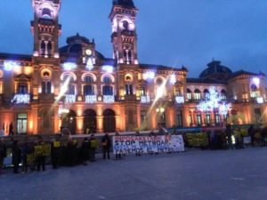 IMG 20171220 WA0011 800x600 300x225 - Satorralaia se manifiesta contra el metro ante la Diputación y el Ayuntamiento