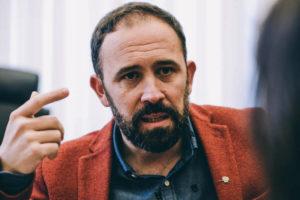 """donostitik denis itxaso entrevista 02 300x200 - Denis Itxaso: """"Si hemos conseguido que las familias, en vez de estar en Garbera, estén en Tabakalera, no vamos mal"""""""