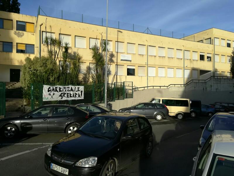Pancartas estos pasados meses en protesta por cierre del instituto que no ha llegado a producirse. Foto: DonostiTik