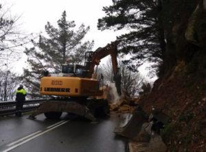 Jaizkibel 300x222 - Trabajan para despejar la carretera de Jaizkibel tras la caída de una roca