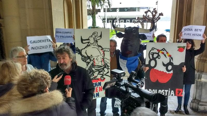 Representantes del colectivo ecologista esta mañana en el Ayuntamiento. Foto: Eguzki