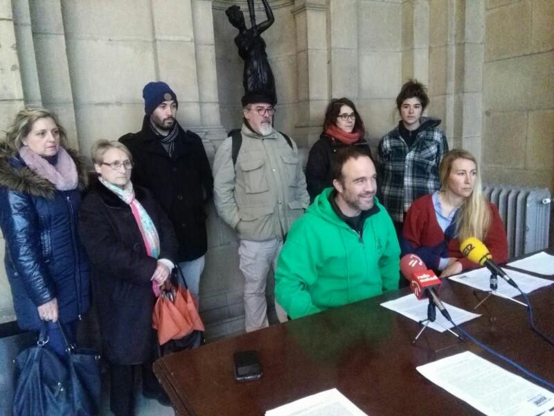 Representantes de la plataforma Belartza 2 Gelditu el pasado marzo en el Ayuntamiento. Foto: A.E.
