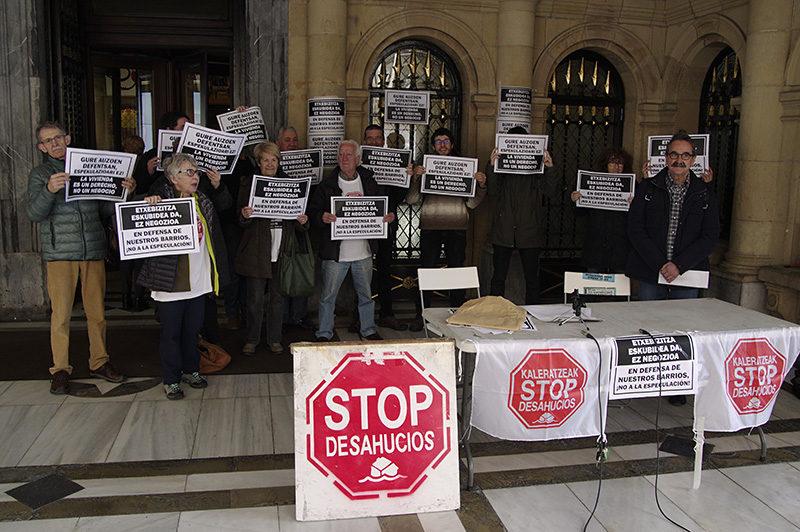 """stop deshaucios 02 Stop Desahucios denuncia que el Gobierno vasco utilice la vivienda """"como propaganda"""""""