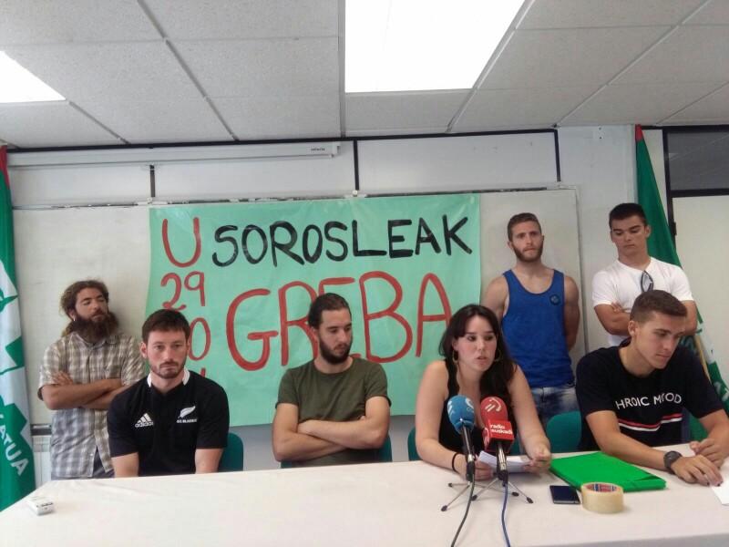 Anuncio de huelga de ELA el pasado día 18 con los socorristas. Foto: A.E.