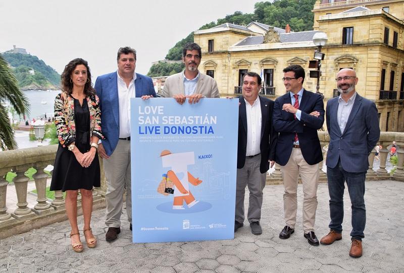 Lourdes Lázaro de Sn Sn Shops, Mikel Ubarrechena de la Asociación de Hostelería, Eneko Goia, Ernesto Gasco y Paul Liceaga de Hoteles de Gipuzkoa. Foto: Ayto.