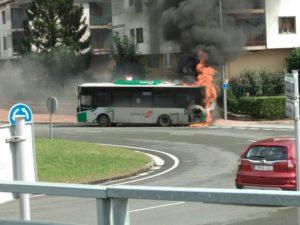 IMG 20180907 WA0002 800x600 300x225 - Retirado el autobús incendiado en la rotonda de Galarreta
