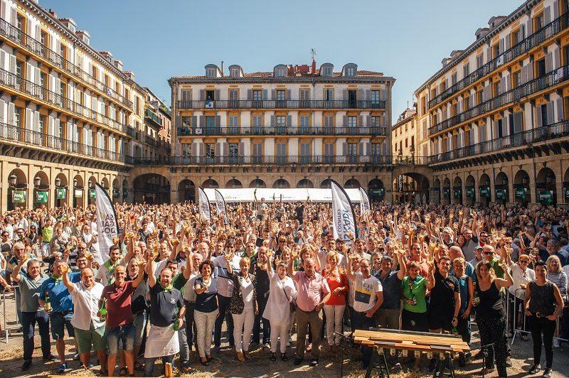 brindis ofiziala El txotx congregó a miles de personas en la plaza de la Constitución
