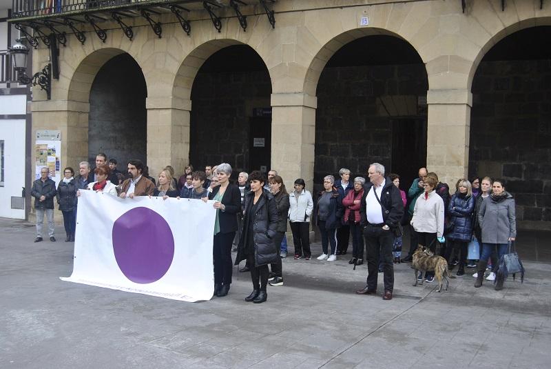 Imagen de la concentración de hoy en Urnieta contra la última muestra de violencia machista. Foto: Urnietako Udala.