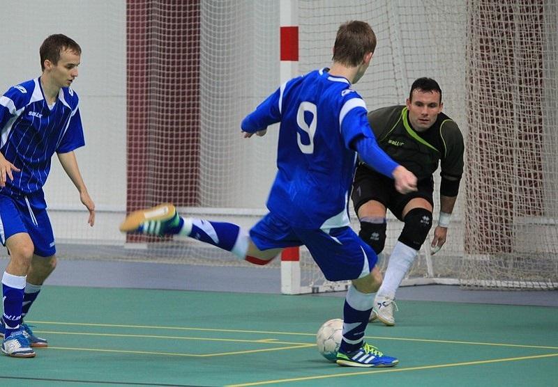 Jóvenes jugando al fútbol sala.