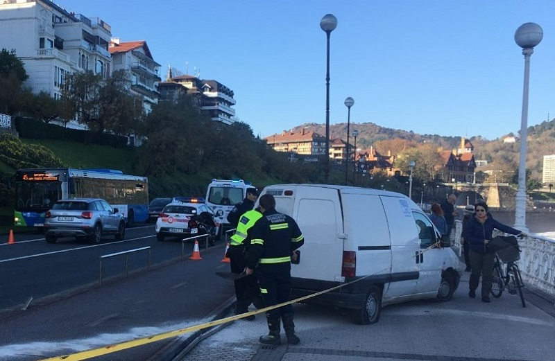 Accidente de furgoneta en el Paseo de la Concha. Foto: Iñigo Kintana.