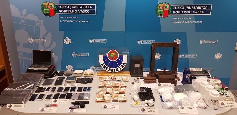 Mesa con las drogas y objetos confiscados al grupo criminal. Foto: Departamento de Seguridad.