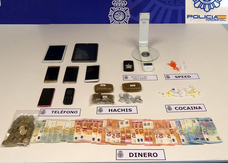 Mesa con drogas, dinero y otros objetos del detenido en Errenteria. Foto: Delegación del Gobierno.