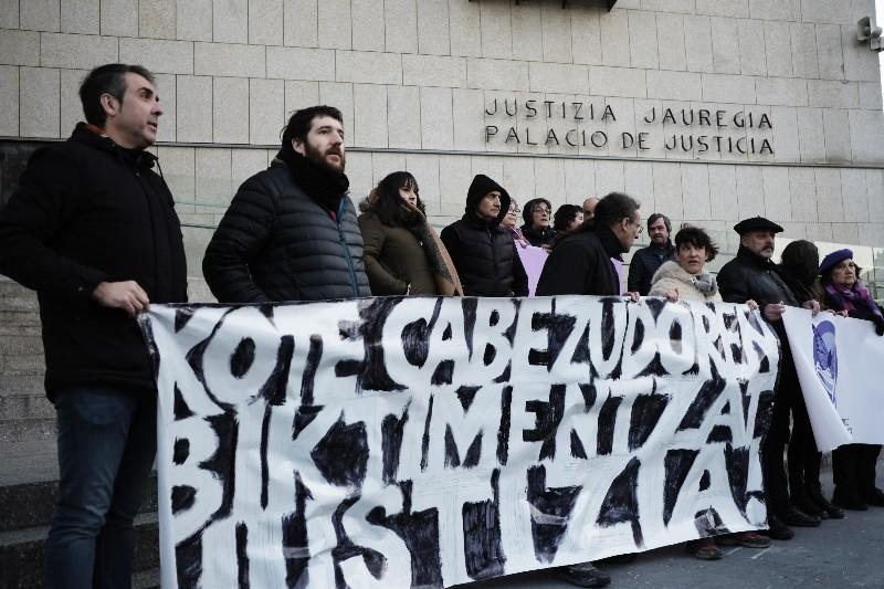 Imagen de archivo. Concentración en apoyo a las víctimas de Kote Cabezudo el día del primer juicio contra Cabezudo, en enero. Foto: Santiago Farizano