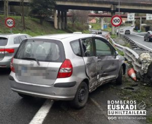 accidentejueves2 300x245 - Dos heridos en un accidente de coche en la GI-20 en Donostia