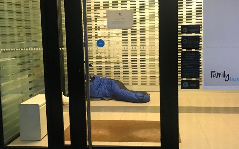 Persona 'Sin techo' durmiendo en un cajero. Foto de archivo: Gobierno Vasco.