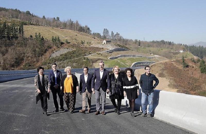 Las autoridades pisan el asfalto por donde pronto circulará el tráfico pesado. Foto: Diputación.