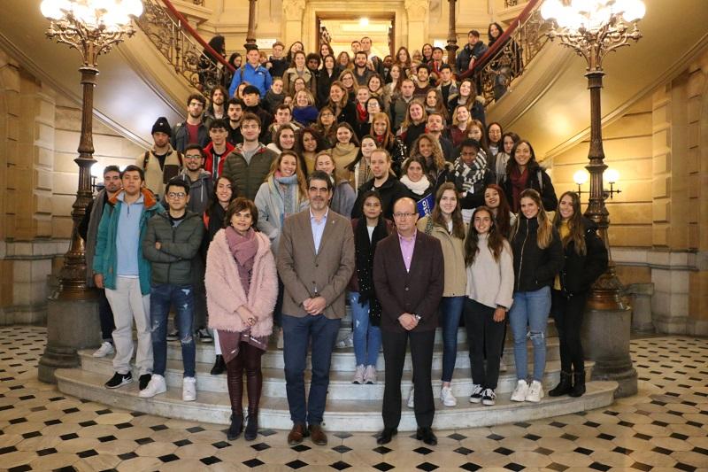 El alcalde, Eneko Goia, con los alumnos extranjeros del campus donostiarra de Deusto y sus responsables. Foto: Ayuntamiento.