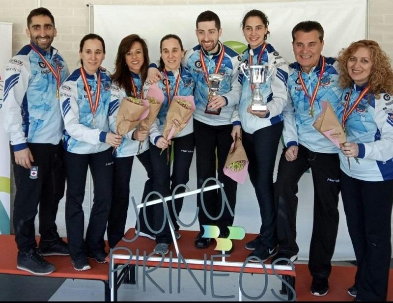 Algunos de los campeones y campeonas del curling Txuri-Berri, celebrando el éxito. Foto: Txuri-Berri Curling (vía Twitter).
