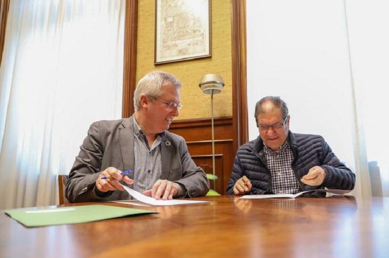 El diputado de Medio Ambiente, José Ignacio Asensio, y el Presidente del Banco de Alimentos de Gipuzkoa, José Manuel Pineda, en la firma. Foto: Diputación.
