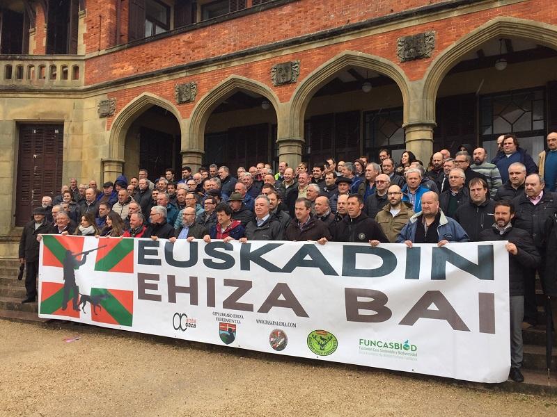 Acto de los cazadores, hoy, cuando han presentado su manifestación del 5 de mayo. Foto: Euskadin Ehiza Bai.