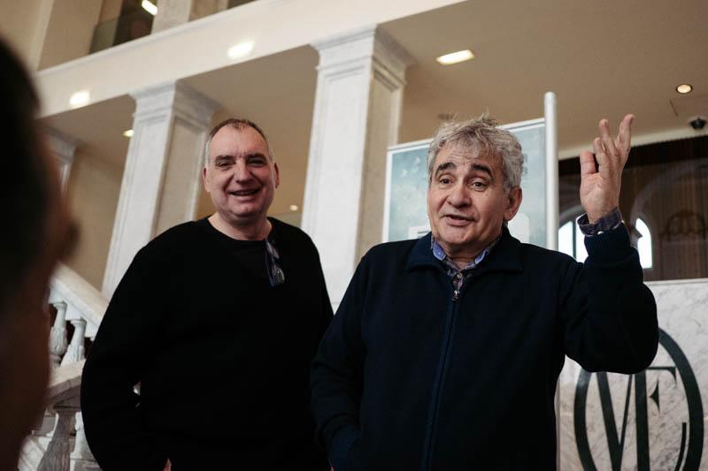 Bernardo Atxaga, a la derecha, con el director de cine Fernando Bernués. Foto: Santiago Farizano