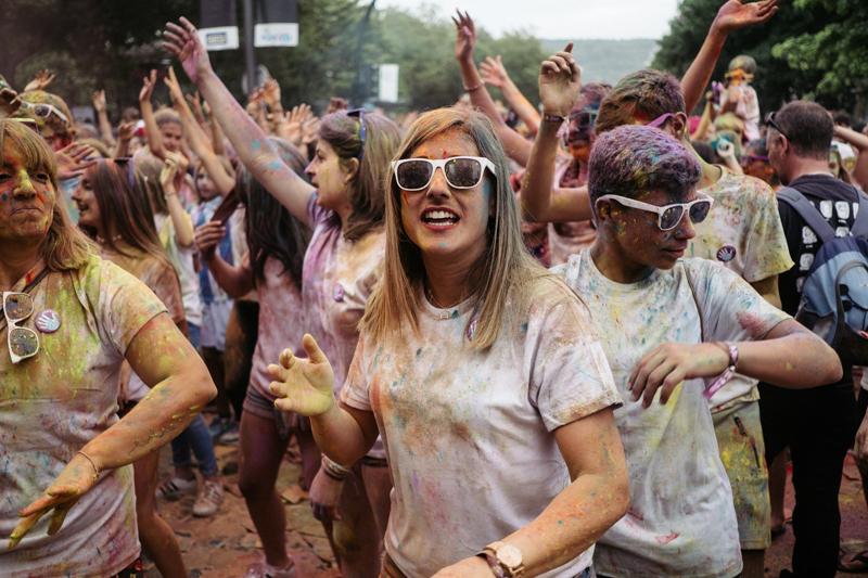 La fiesta Holi arrasa entre los jóvenes. Fotos: Santiago Farizano