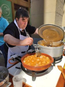 IMG 20190817 WA0004 225x300 - Alberto Zubelzu y Carlos Arechaga cocinan el mejor marmitako