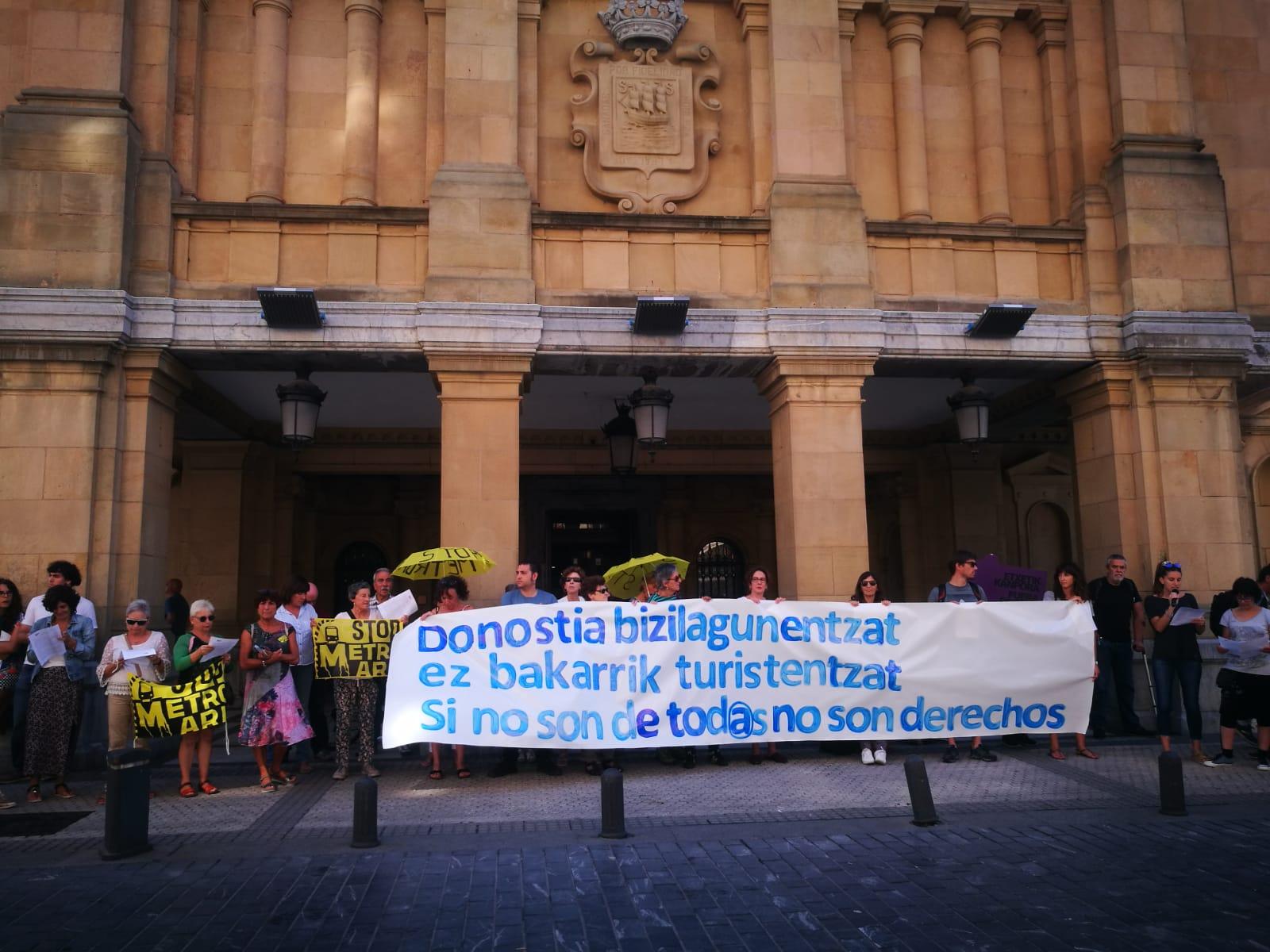 La Red de Acogida Ciudadana esta mañana junto al Ayuntamiento.