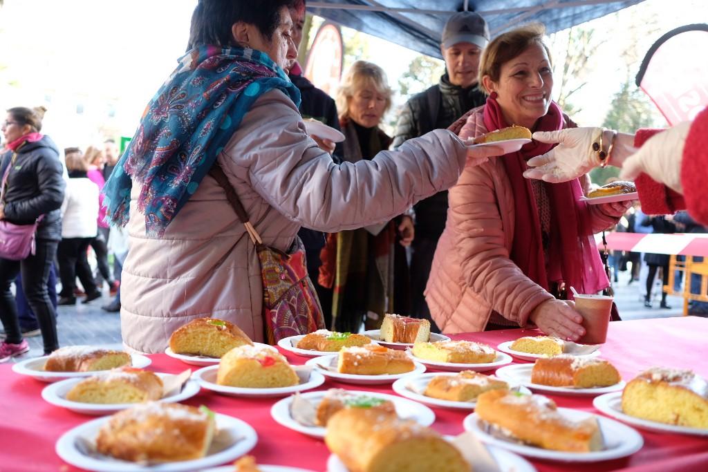 Roscos de la mano de Caritas en la plaza Gipuzkoa. Fotos: Santiago Farizano
