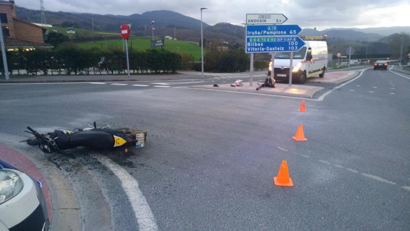 Accidente entre moto y coche el Día de Reyes. Fotos: Gabued