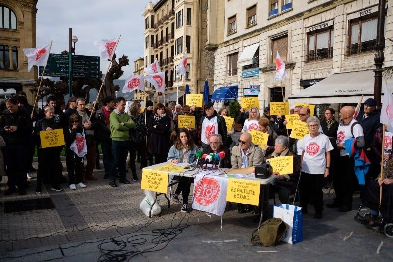Stop Desahucios y vecinos afectados por Azora en febrero de este año en Donostia. Foto: Santiago Farizano