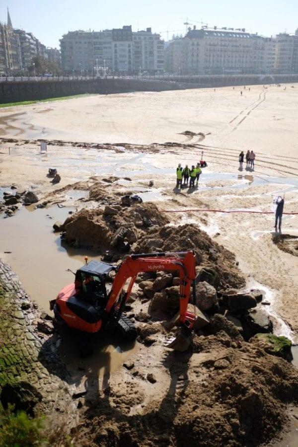 Esta mañana buscando los restos del barco en la playa de la Concha. Fotos: Santiago Farizano